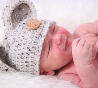 gehaakte-baby-berenmuts-met-houten-knoop