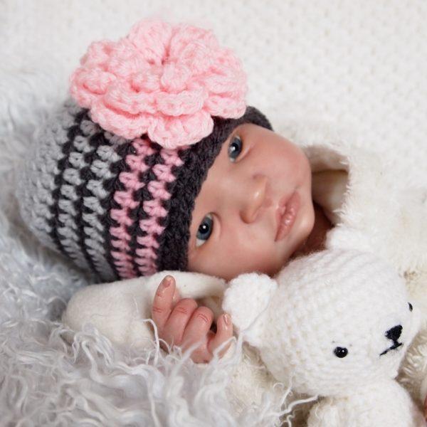 baby-muts-gehaakt-met-grote-bloem