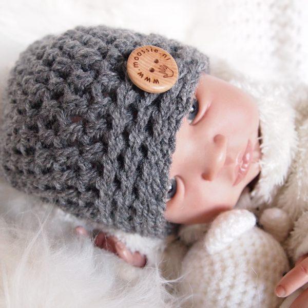 gehaakte donkergrijze baby beanie muts