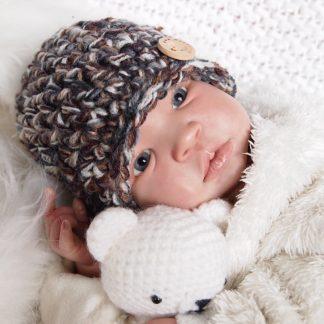 gehaakte-baby-beanie-muts-met-houten-knoop