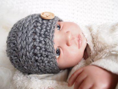 gehaakte-baby-beaniemuts-met-knoop