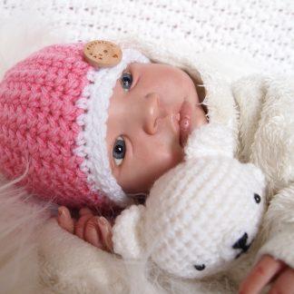 gehaakte-baby-beanie-met-knoop