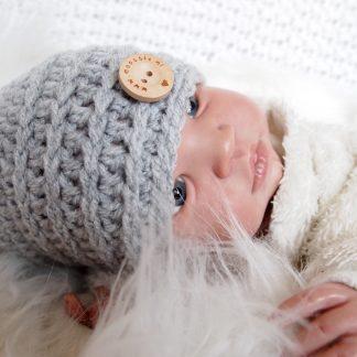 muisgrijs-gehaakte-baby-mutsje