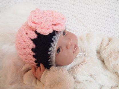 gehaakte-baby-beanie-muts-met-grote-bloem