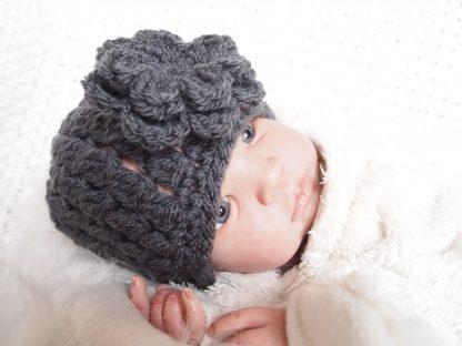 gehaakte-baby-beanie-met-bloem