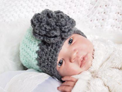 gehaakte-baby-beanieklot-met-grote-bloem