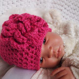 gehaakte-baby-beanieklot-met-bloem