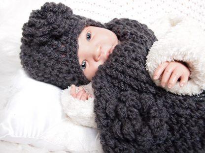 donkergrijze-babymuts-met-sjaal