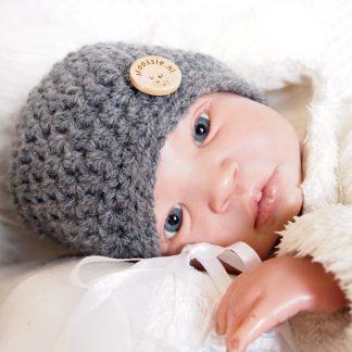 donkergrijs-gehaakt-baby-mutsje